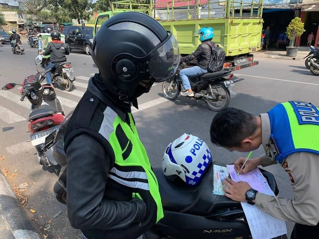 Polisi-polisian Naik Nmax Berstrobo Ditilang Polisi Beneran