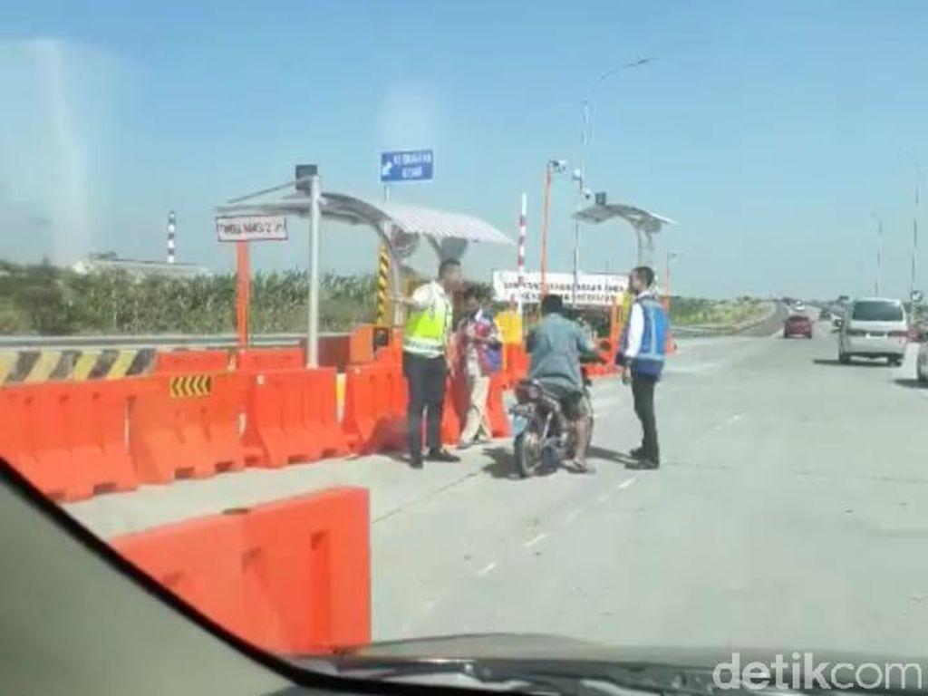 Viral Biker Bersarung Berpeci Masuk Tol Waru Sidoarjo