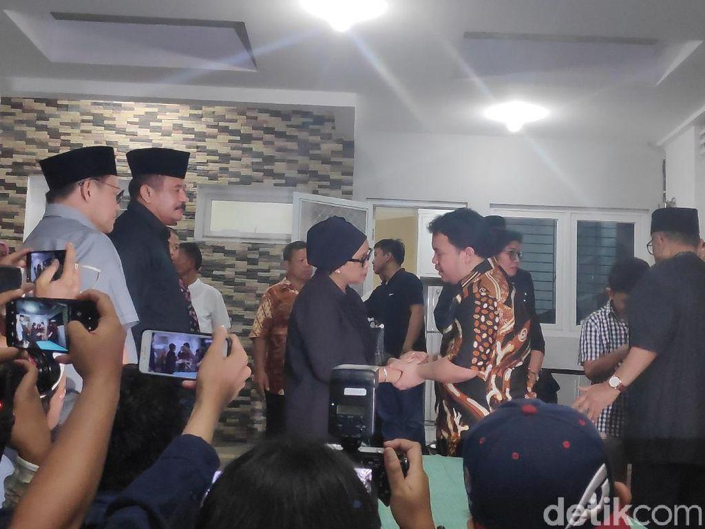 Menlu Retno Tiba di Rumah Duka Sutopo