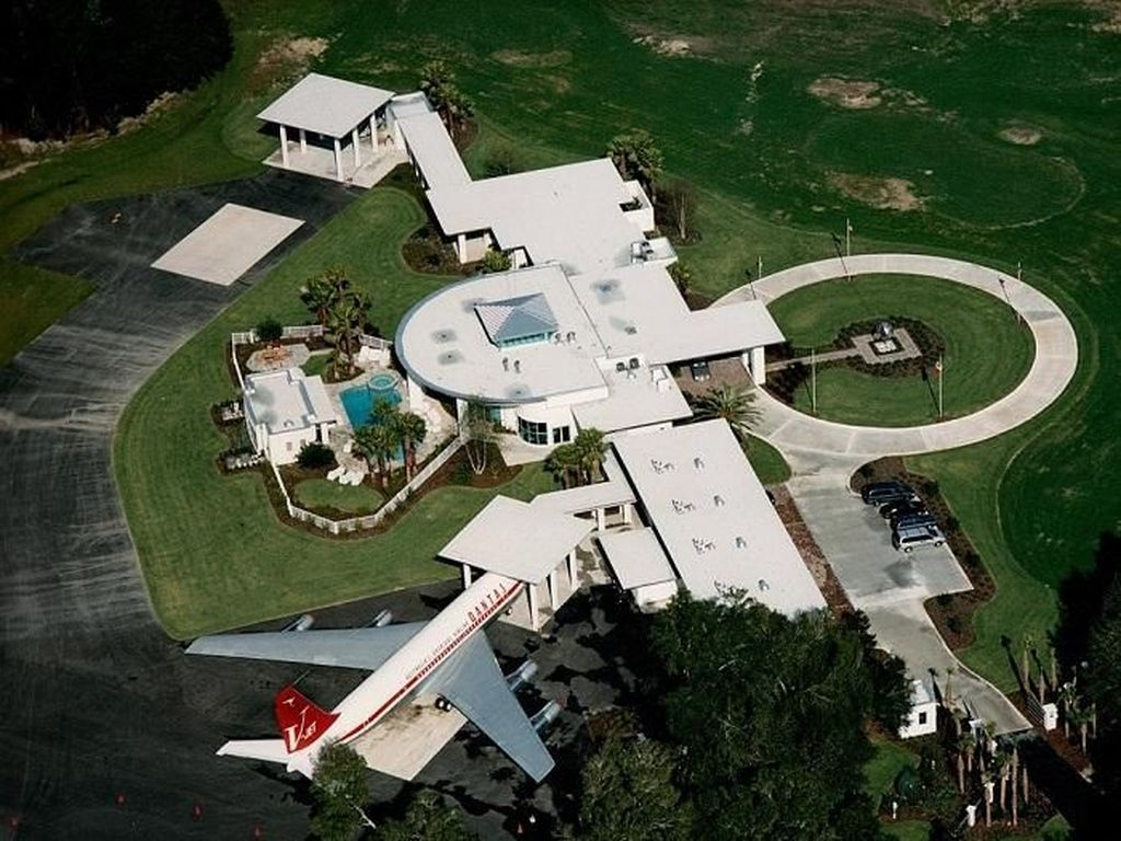 Menengok Rumah Nempel Bandara Milik John Travolta