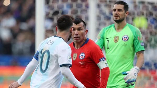 Lionel Messi dan Gary Medel terlibat keributan. (Foto: Amanda Perobelli/Reuters)