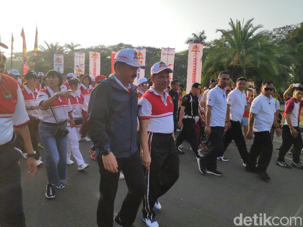 Rayakan HUT Bhayangkara, Kapolri dan Panglima TNI Jalan Sehat Bersama