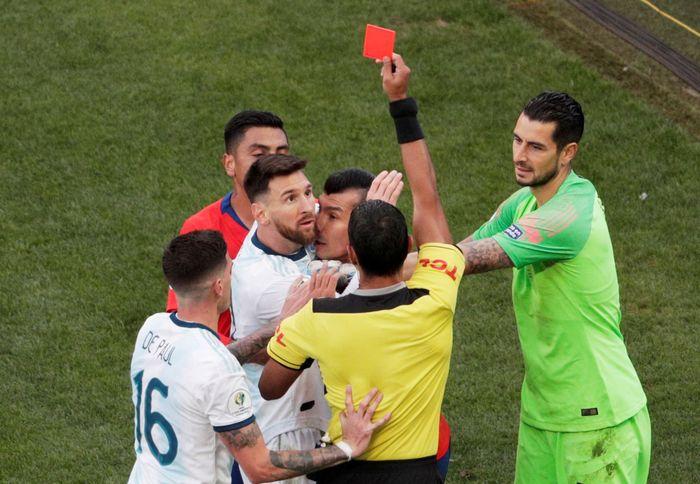 Argentina berhasil unggul 2-0 atas Chile di perebutan tempat ketiga Copa America 2019. Lionel Messi diganjar kartu merah dalam laga ini. REUTERS/Ueslei Marcelino.