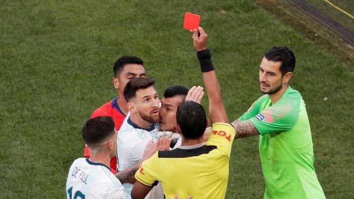 Lionel Messi dikartu merah saat Argentina mengalahkan Chile di perebutan tempat ketiga Copa America 2019. (Foto: Reuters)