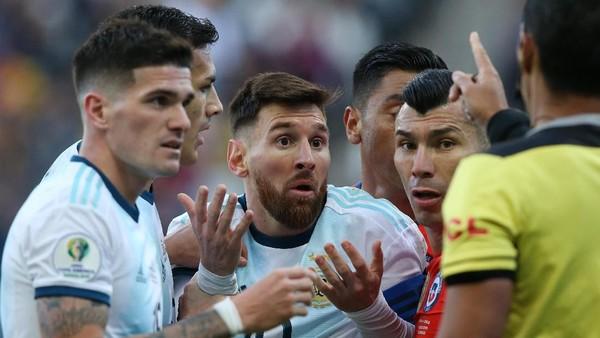 Lionel Messi secara kontroversial dikartu merah wasit. (Foto: Alexandre Schneider / Getty Images)