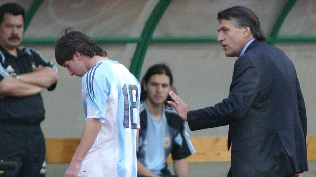 Argentine's Lionel Messi (C) is comforted by his coach Jose Pekerman (R) after receiving a red card at the Puskas stadium in Budapest, 17 August 2005 during the friendly football match Argentine vs Hungary. AFP PHOTO ATTILA KISBENEDEK (Photo by ATTILA KISBENEDEK / AFP)