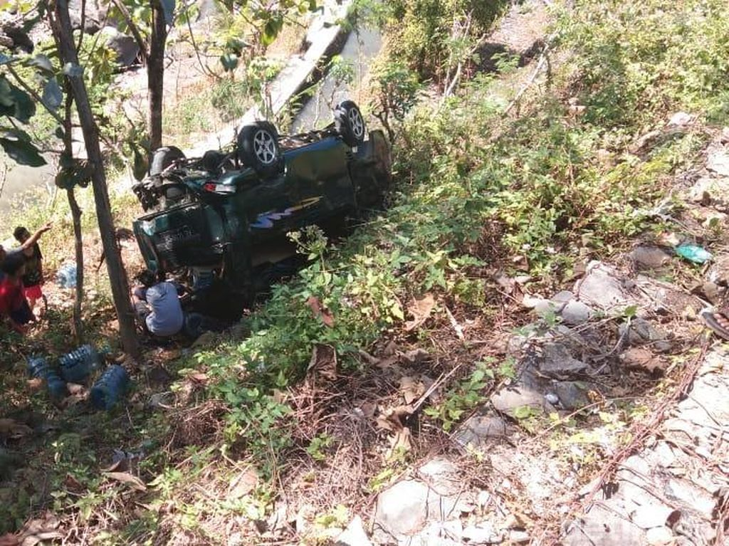 Mau Ngerem Malah Injak Pedal Gas, Sebuah Mobil Masuk Jurang di Ponorogo