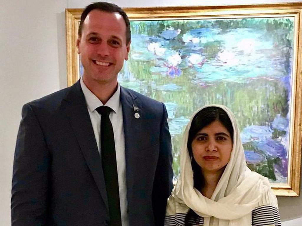 Foto Bareng Peraih Nobel Malala Yousafzai, Politikus Kanada Dikritik