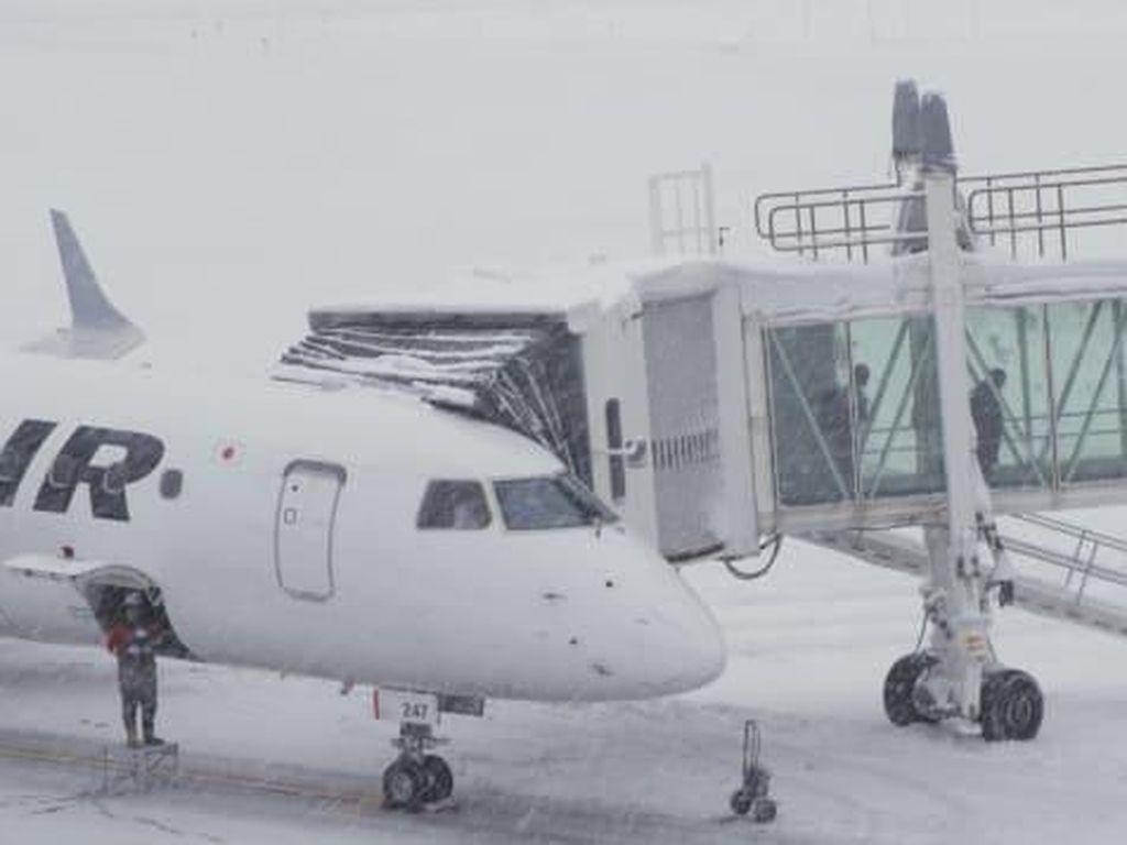Cara Petugas Bandara Bersenang-senang: Bikin Manusia Salju