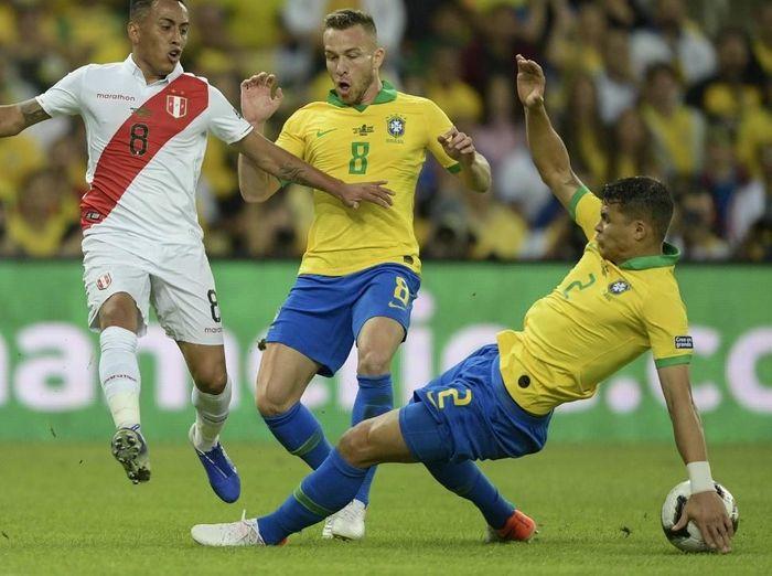 Brasil dihukum penalti karena Thiago Silva dianggap hand ball dalam final Copa America 2019. (Foto: Juan Mabromata / AFP)