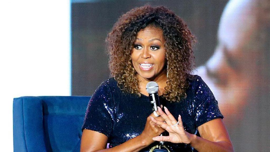 Foto: Jarang Terjadi, Michelle Obama Pamer Wujud Asli Rambut Afronya