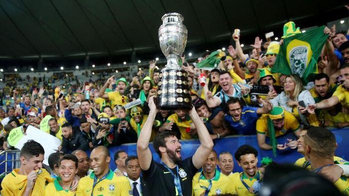 Juergen Klopp bahagia atas torehan Roberto Firmino dan Alisson Becker di Copa America 2019. (Foto: REUTERS/Ricardo Moraes)