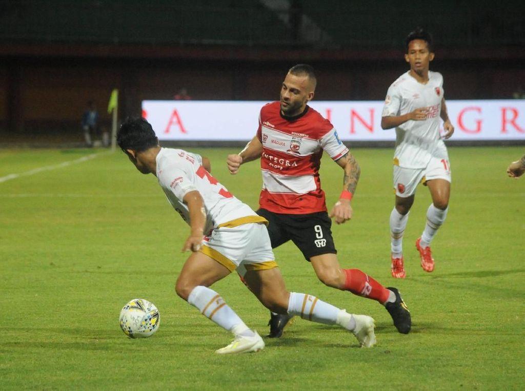 Pria Bawa Pistol di Laga Madura United vs PSM Makassar
