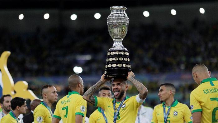 Dani Alves telah mengumpulkan 40 trofi juara di sepanjang kariernya. (Foto: Ueslei Marcelino / Reuters)