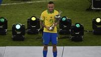 Di dua pertandingan pertama Brasil, Everton cuma jadi pemain pengganti di paruh babak. Namun dia kemudian jadi sosok tak tergantikan di sisi kiri lapangan tengah. Jumlah drible (19) Everton hanya kalah dari Lionel Messi (22) di sepanjang turnamen ini. (MAURO PIMENTEL / AFP)