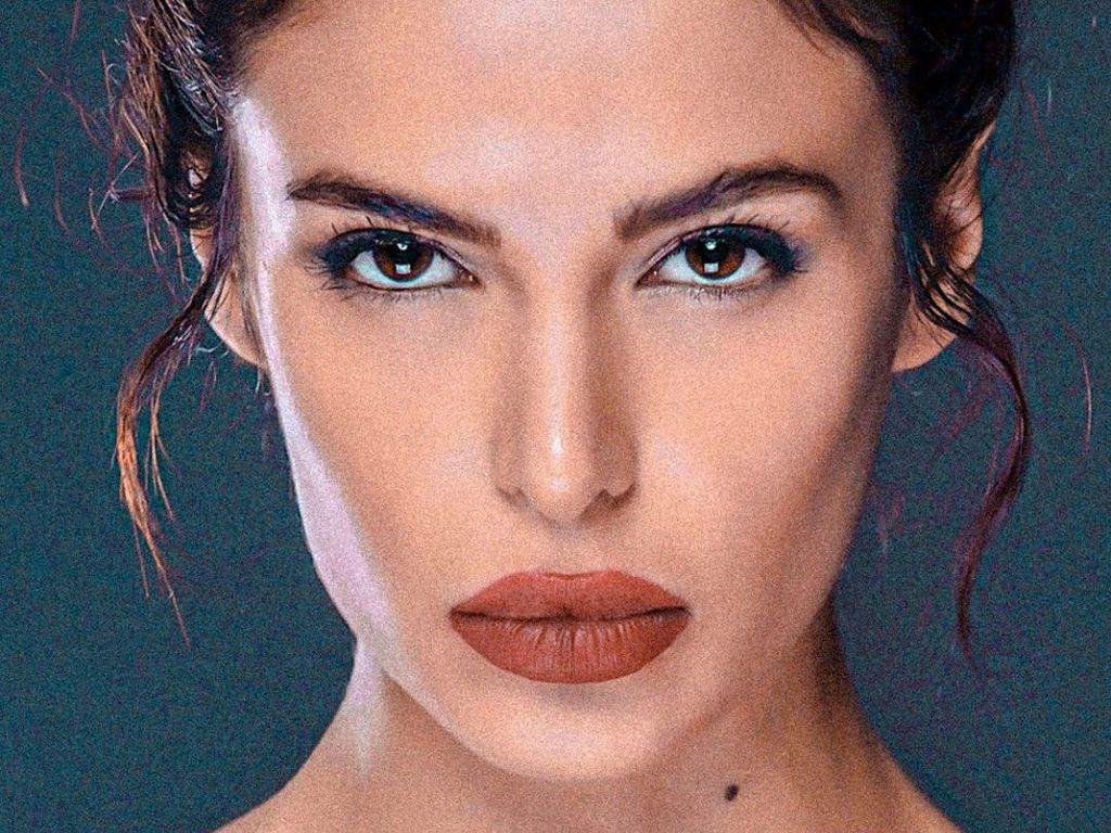 Potret Model Iran yang Jadi Gelandangan di Paris karena Berpose Seksi