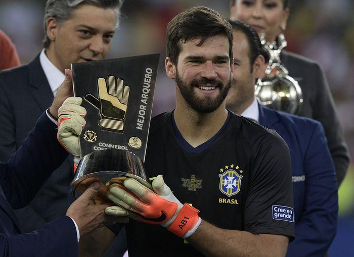 Keberadaan Alisson Becker di posisi penjaga gawang mengawali dominasi Brasil dalam daftar ini. Mengantar Brasil jadi juara, Becker hanya kebobolan satu kali di sepanjang turnamen. (Juan MABROMATA / AFP)