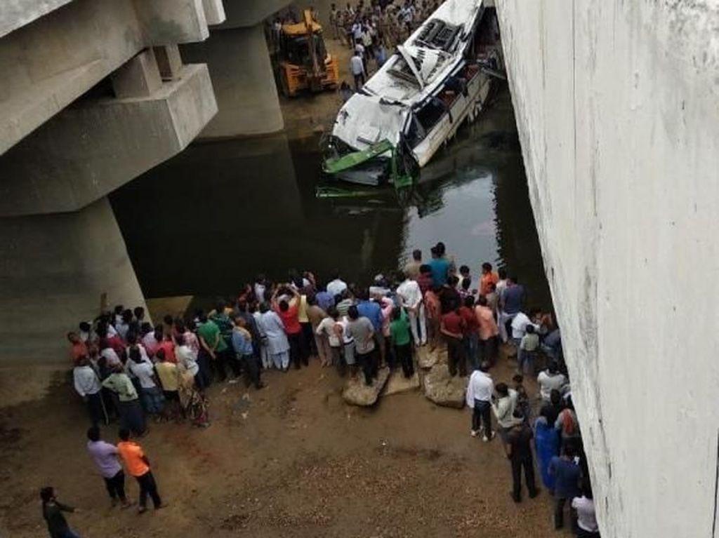 Bus Tingkat Jatuh ke Celah Jalan Layang India, 29 Orang Tewas