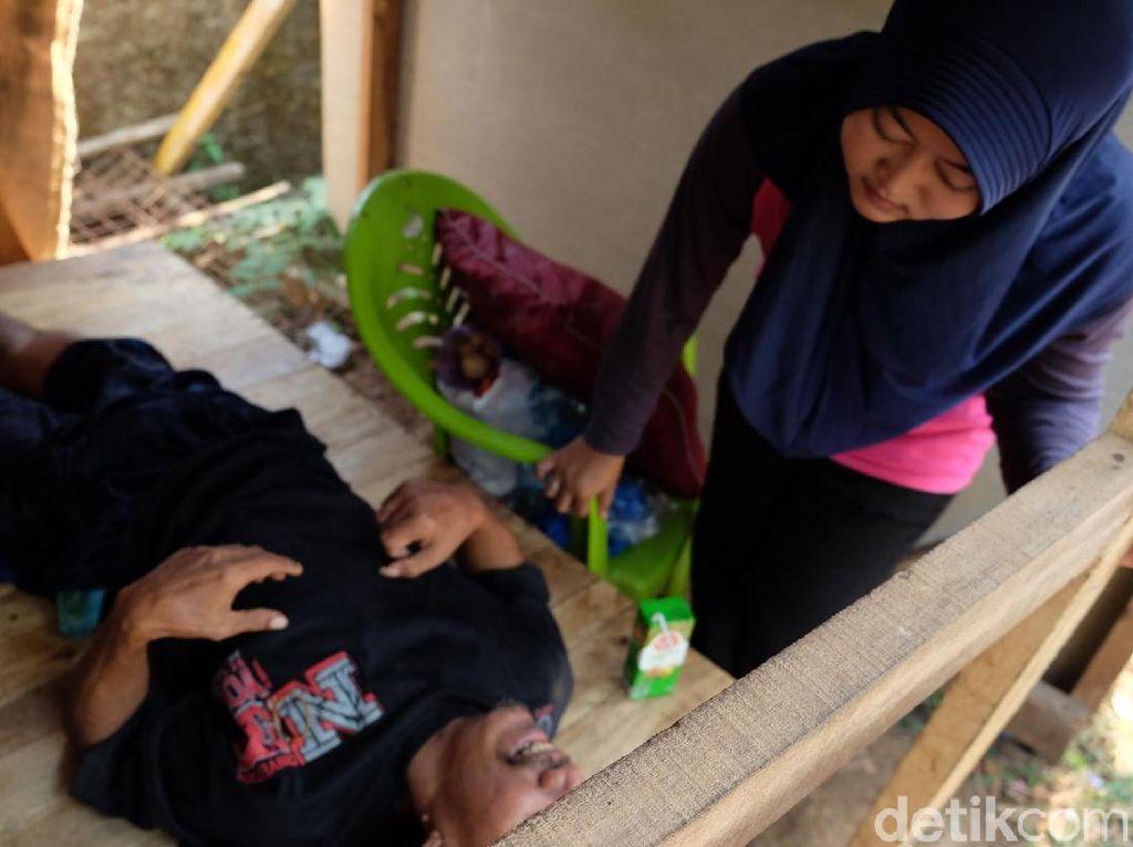 Kisah Haru Asep, Stroke dan Tinggal di Gubuk Pemakaman Karawang