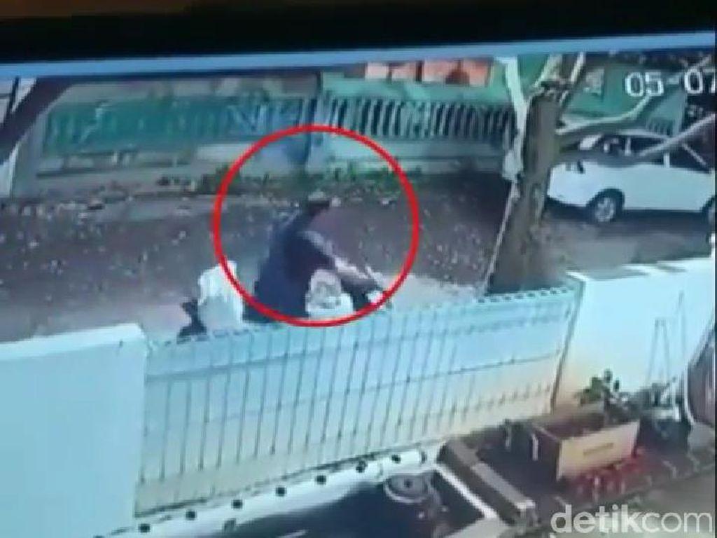 Pria Curi Motor dan 50 Paket Milik Kurir Ekspedisi Terekam CCTV