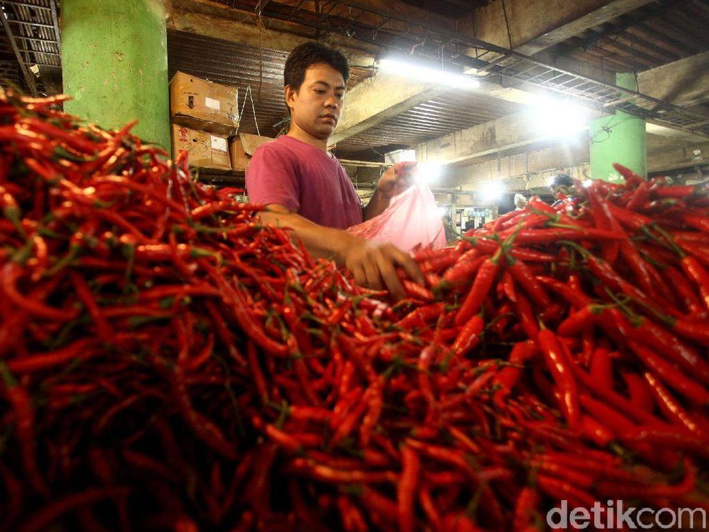 Pedasnya Harga Cabai di Pasar Jembatan Lima Jakarta