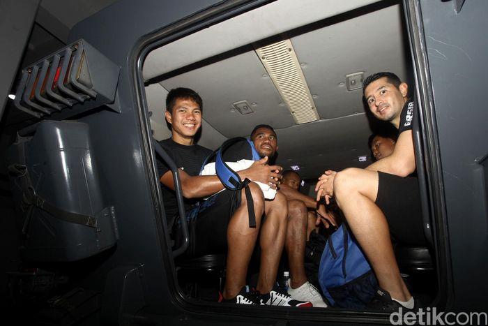 Para pemain Persib Bandung menggunakan rantis atau kendaraan taktis saat akan menuju Stadion Gelora Bung Karno (GBK), Jakarta, Selasa (9/7/2019).