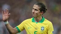 Di sisi kiri pertahanan Brasil, Filipe Luis tak tergantikan. Meski tidak sekalipun membantu Brasil menciptakan gol, Luis punya akurasi umpan 92,2% (paling tinggi sepanjang turnamen). Dia rata-rata melakukan tiga tekel, membuat 1,8 dribel sukses dan 1,8 umpan kunci per 90 menit. (Alexandre Schneider/Getty Images)