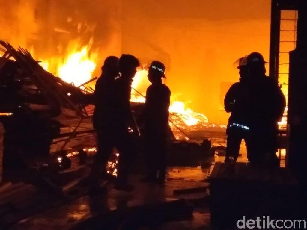 Pabrik Pengolahan Kayu di Sidoarjo Terbakar, 7 Mobil PMK Dikerahkan