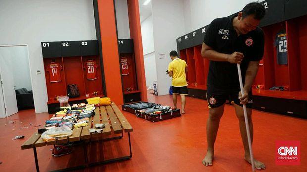 Dua kitman Persija Jakarta menyiapkan ruang ganti tim jelang melawan Persib Bandung.