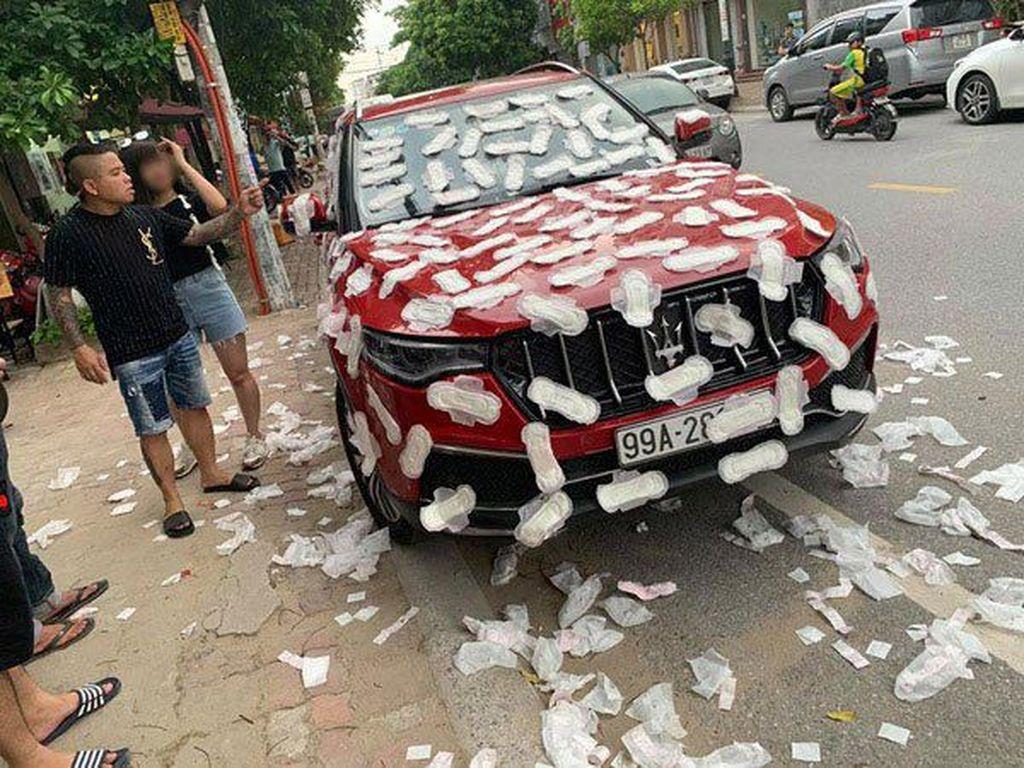 Duh! Mobil Mewah Ini Dipenuhi Pembalut, Lagi-lagi karena Parkir Liar