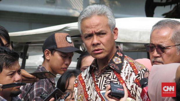 Gubernur Jawa Tengah usai mengikuti rapat terbatas terkait Percepatan Pembangunan Jawa Tengah bersama Presiden Joko Widodo dan Wakil Presiden Jusuf Kalla dan sejumlah menteri di Istana Kepresidenan Bogor, Jawa Barat, Selasa (9/7).