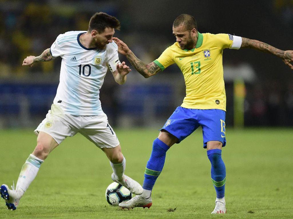Dani Alves Sebut Messi Tak Menghormati Brasil
