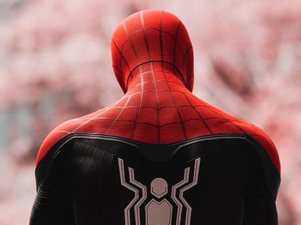 Pandemi Corona, Spiderman di Solo Jadi Pedagang Sembako