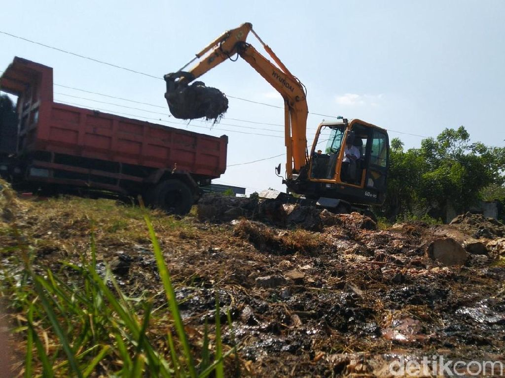 Puluhan Drum Limbah Berbahaya di Sungai BKB Semarang Dievakuasi