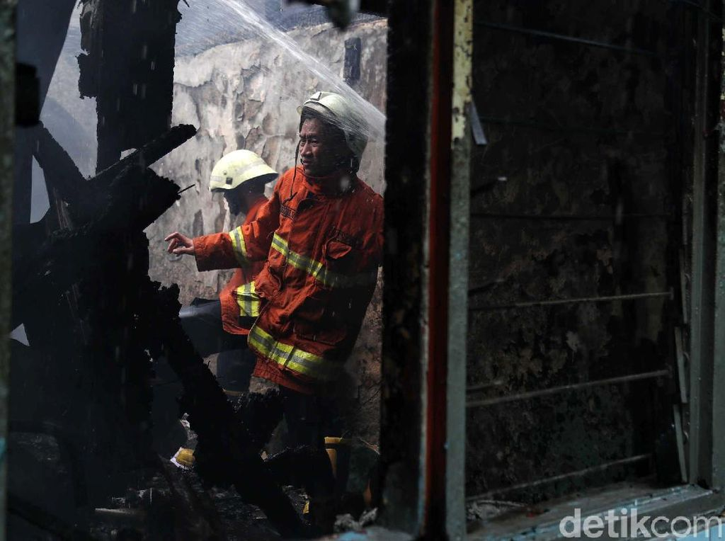 Walkot Jaksel Datangi Pengungsi Korban Kebakaran di Tebet