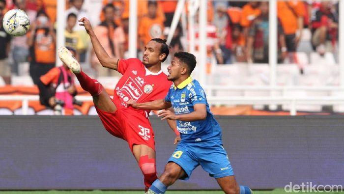 Rohit Chand, bek Persija Jakarta berduel dengan Gian Zola (Persib Bandung) di SUGBK. (Rifkianto Nugroho/detikSport)
