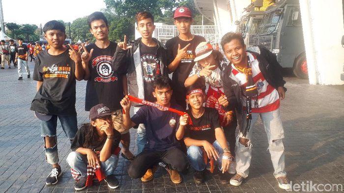 Andri dan kawan-kawannya di Stadion Gelora Bung Karno. (Foto: Mercy Raya/detikSport)