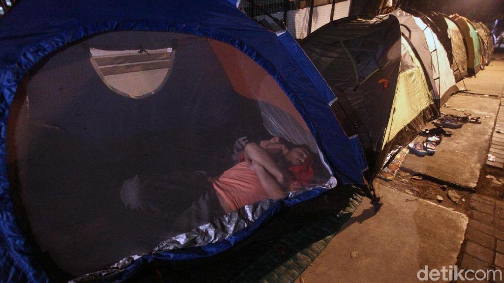 Di Atas Trotoar Kebon Sirih, Para Pencari Suaka Terlelap