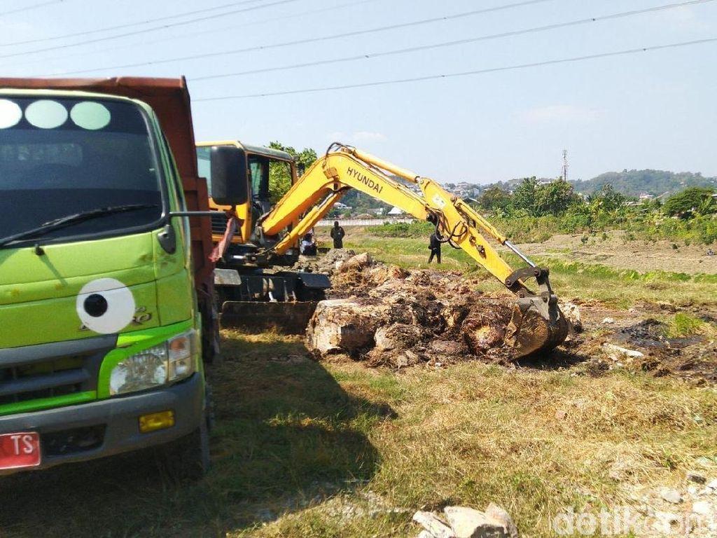 Kacau! Ada yang Buang 50 Drum Limbah Berbahaya di Sungai BKB Semarang