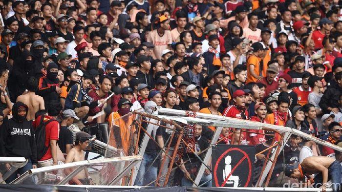 Biaya kerusakan stadion GBK usai Persija vs Persib diperkirakan bisa mencapai Rp 500 juta. (Foto: Rifkianto Nugroho/detikSport)