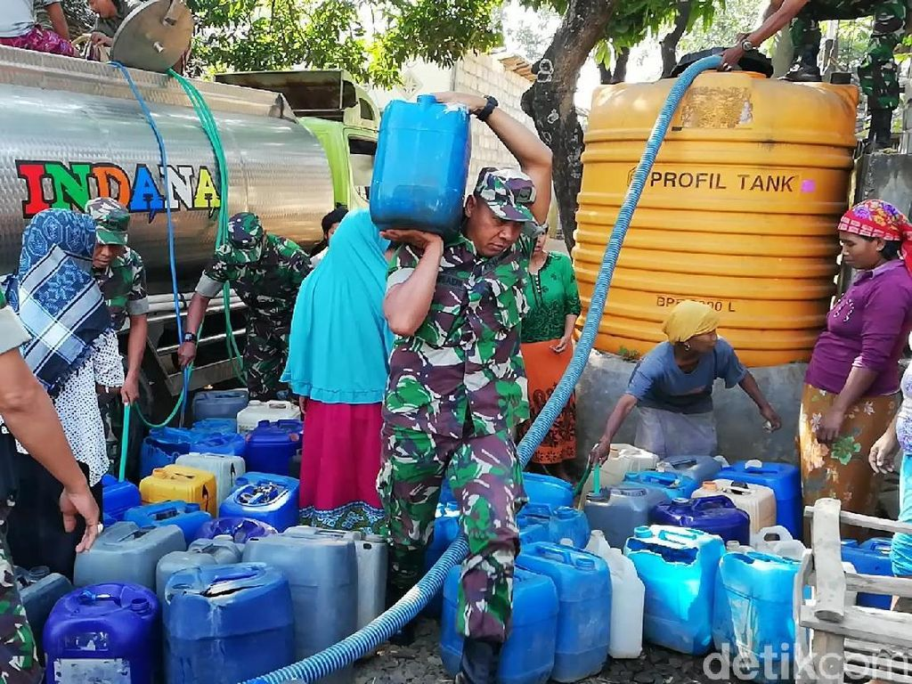 Kekeringan di Pasuruan Meluas, TNI Bantu Distribusi Air