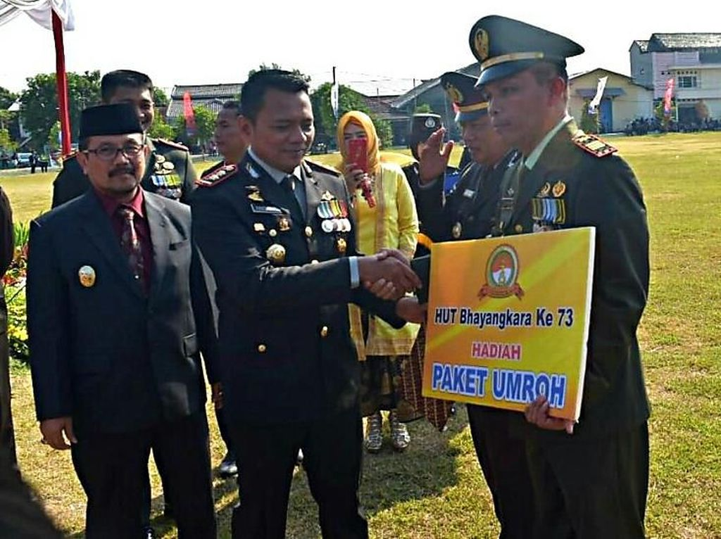 HUT Bhayangkara, Polres Cirebon Hadiahi Danramil Umrah Gratis