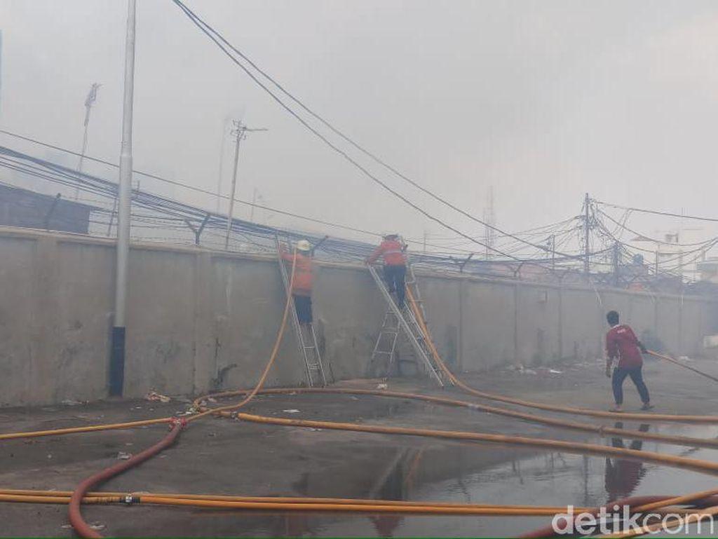 Kebakaran di Tebet Padam, Damkar Sisir Titik Api Cegah Penyalaan Lagi