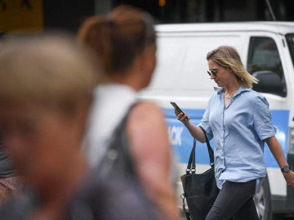Usulan Denda Rp 2 Juta di Australia karena Seberangi Jalan Sambil Lihat HP