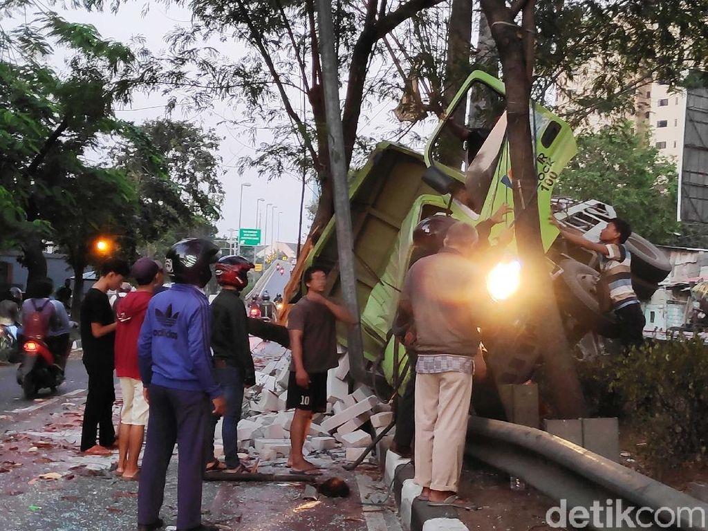 Kecelakaan Truk di Kemayoran, Sopir Terjepit