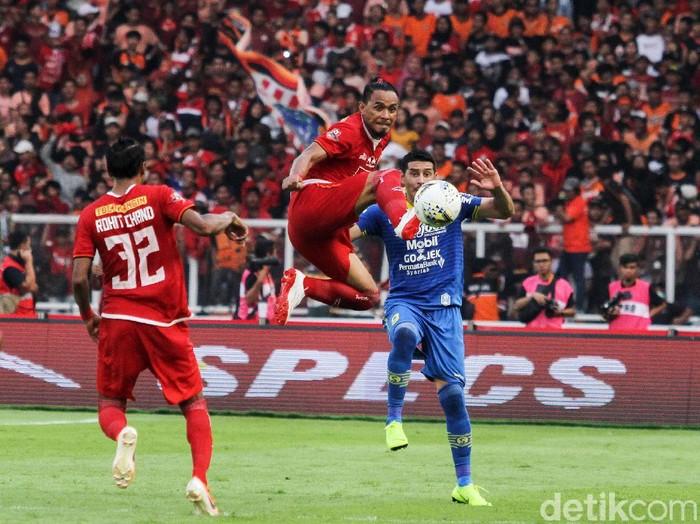 Persija Jakarta bermain imbang 1-1 dengan Persib Bandung di pekan ketujuh Liga 1 2019 di Stadion Utama Gelora Bung Karno, Senayan, Jakarta Selatan, Rabu (10/7/2019). Sempat unggul lewat Marko Simic, Macan Kemayoran dibobol Artur Gevorkyan.