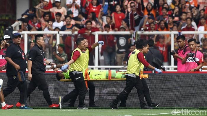 Kiper Persib Bandung M Natshir cedera saat menghadapi Persija Jakarta, Rabu (10/7/2019)