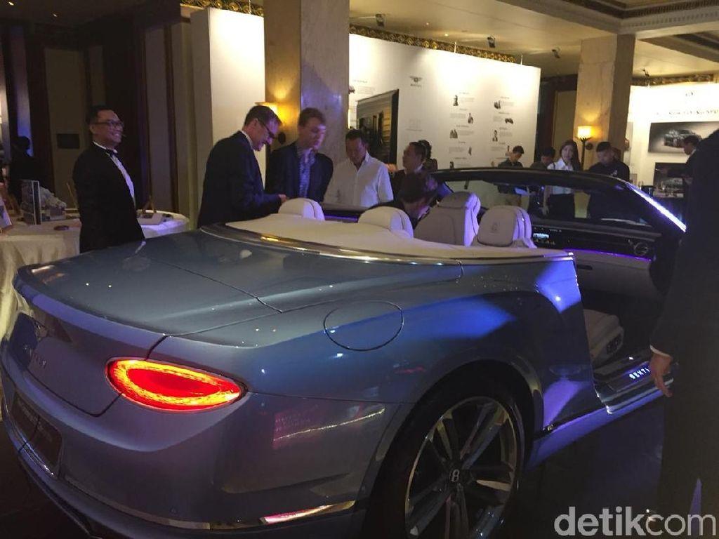 Bentley Continental GT Atap Terbuka Meluncur di Jakarta