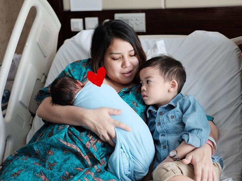 Alami Infeksi Saluran Kemih, Anak Tya Ariestya Sunat di Usia 6 Bulan