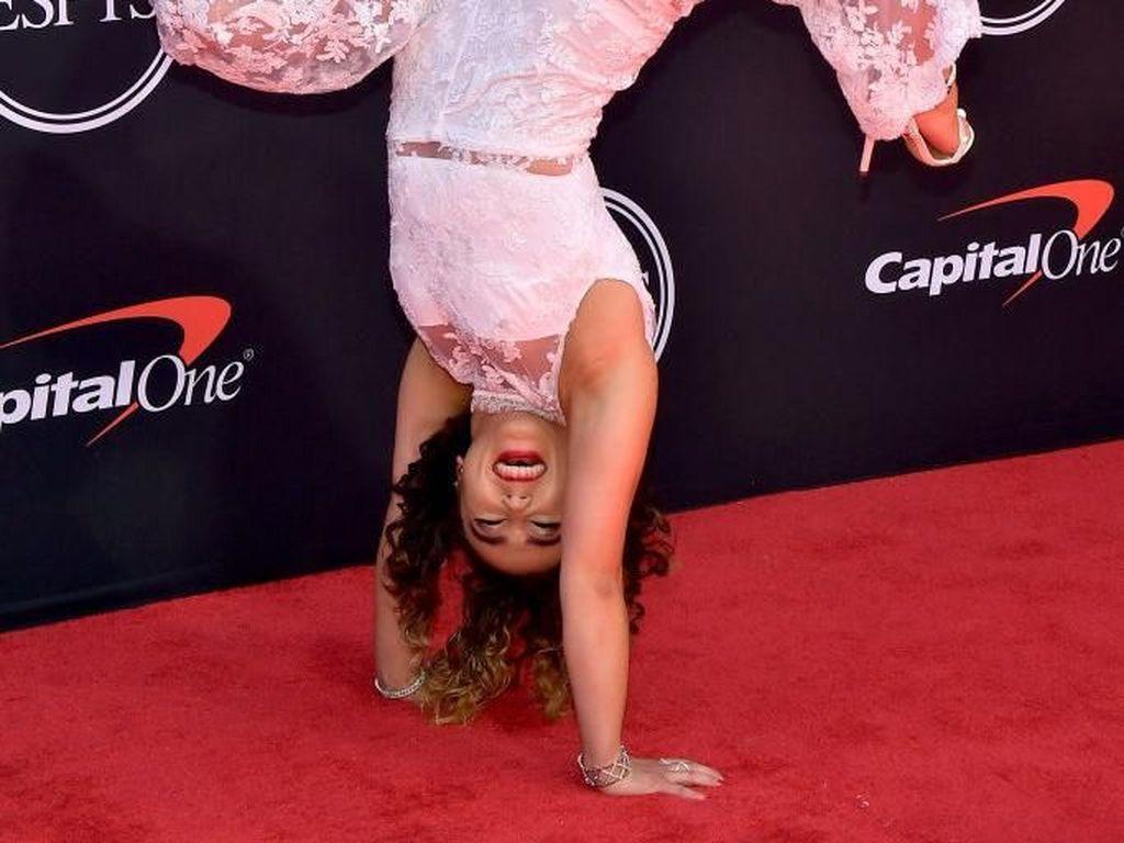 Beda dari Lainnya, Atlet Senam Ini Pose Handstand di Karpet Merah